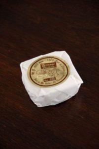 Etiquette sur papier or, avec impression de marron et aplat blanc pour un emballage de fromage de chèvre