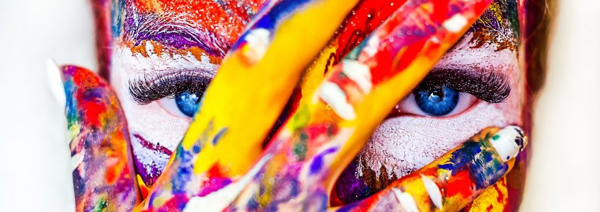visage cahé en partie par main les 2 sont paint.es